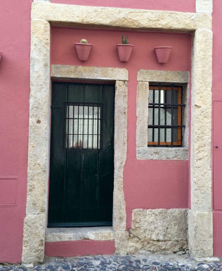 Rosa Tuer im Stadtteil Alfama in Lissabon