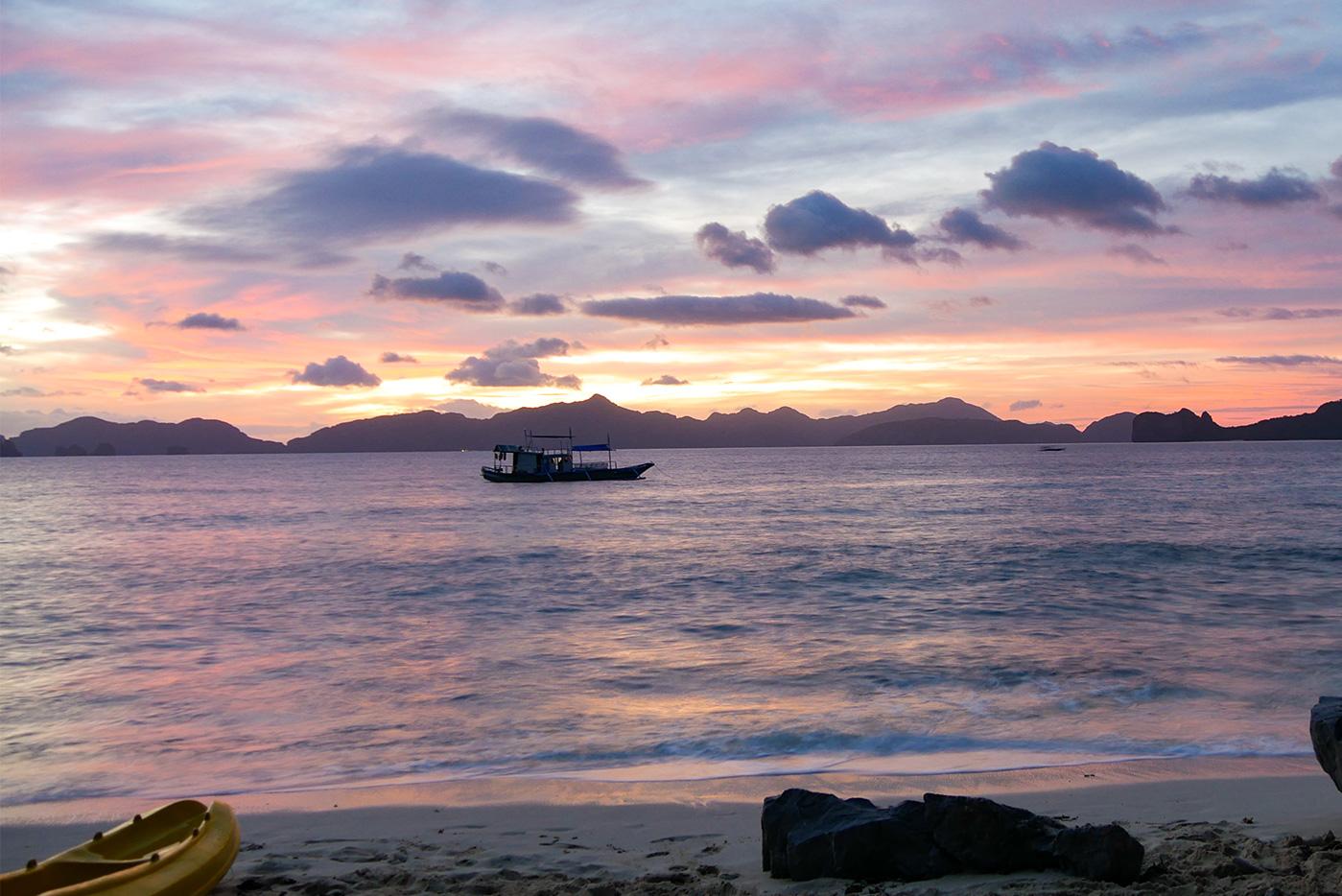 Malerischer Sonnenuntergang von unserer Camping Island aus