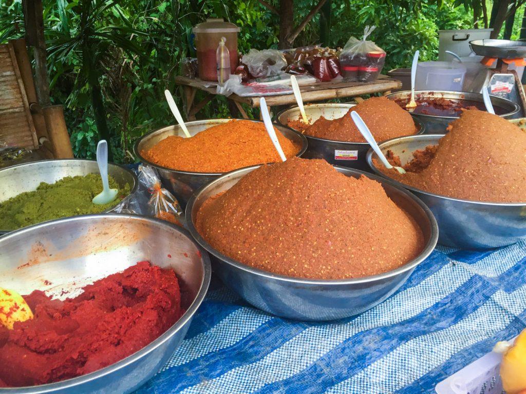 Currypasten auf einem Markt auf Koh Lanta