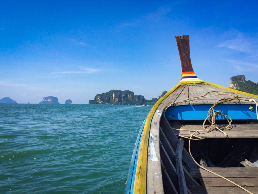 Fahrt mit dem Longtailboot in Thailand