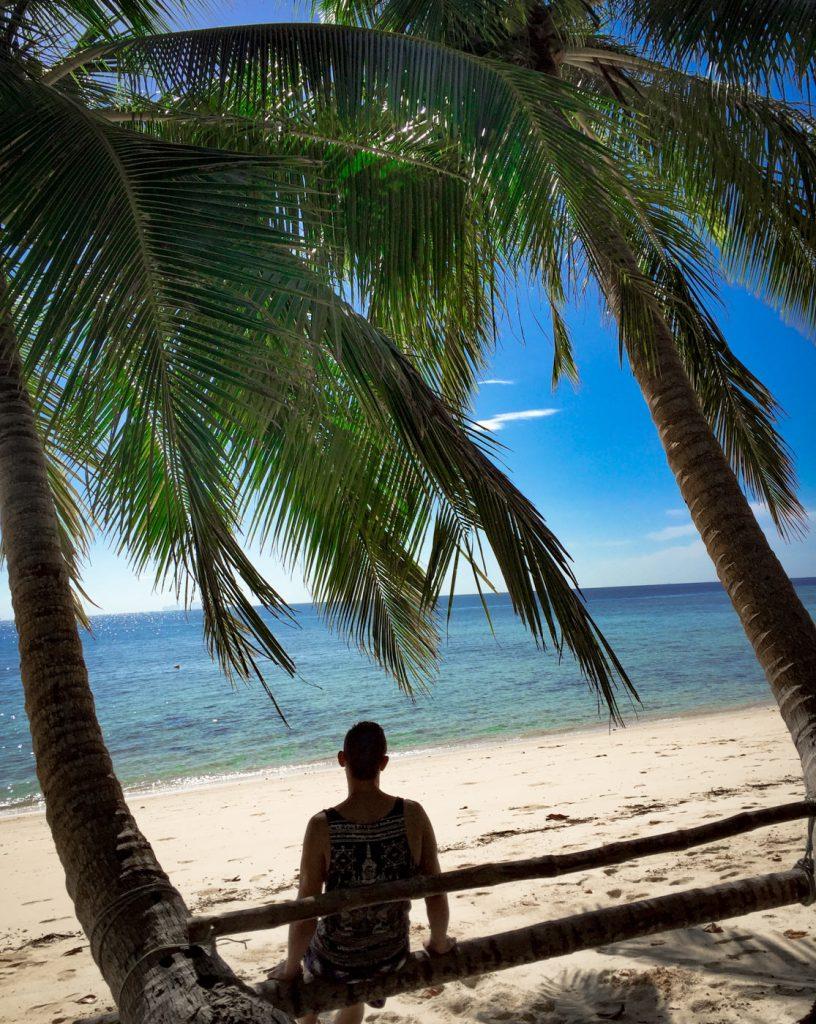 Matthias zwischen Palmen am Strand auf Koh Kradan