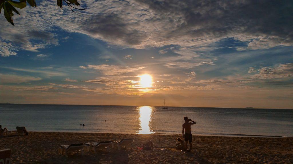 Sonnenuntergang am Strand auf Koh Lanta in Thailand