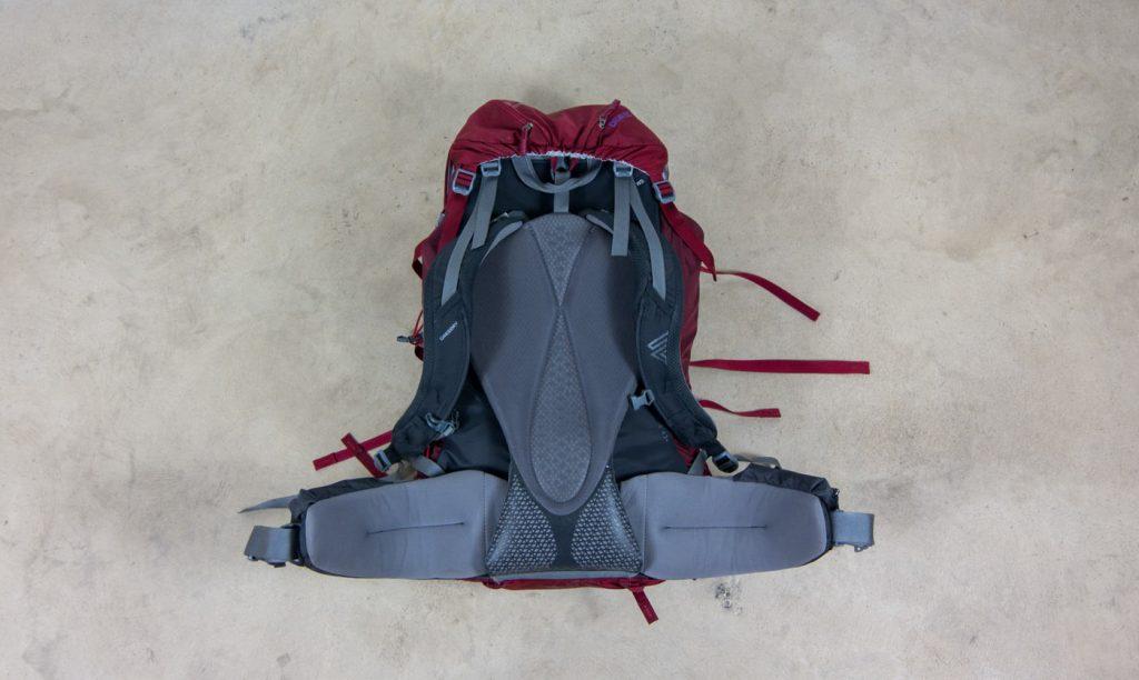 Der Backpack Deva 60 von Gregory in rot von hinten
