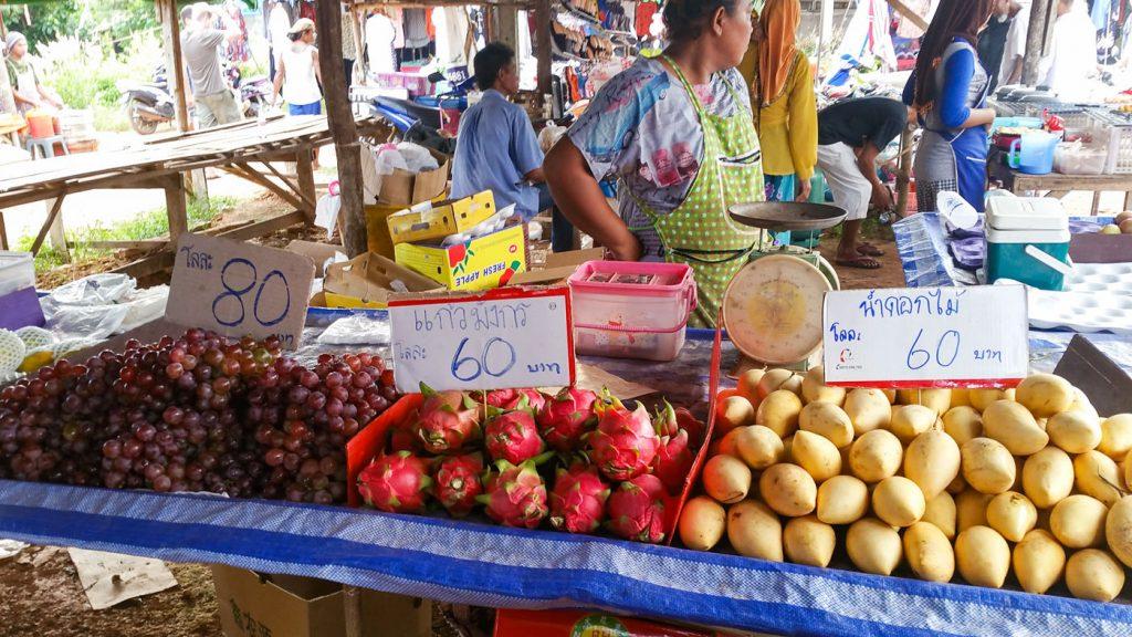 Frisches Obst auf dem Markt auf Koh Lanta