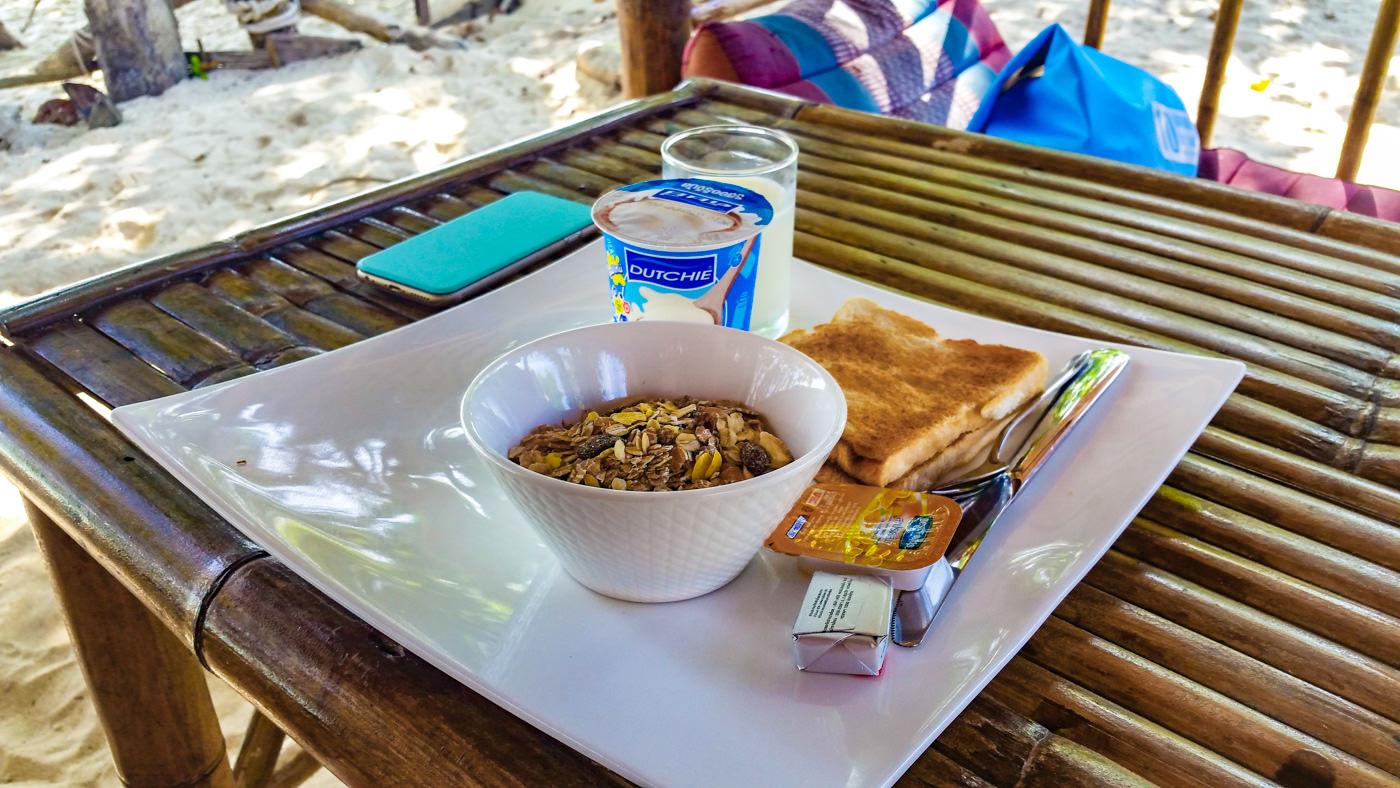 Frühstück am Strand auf Koh Kradan