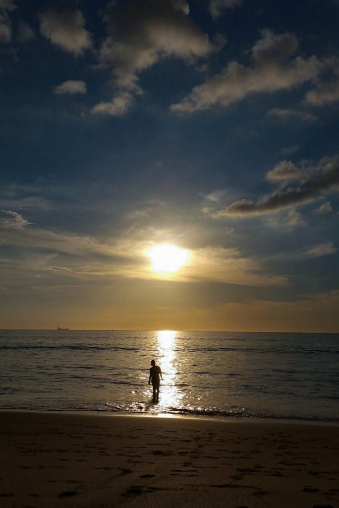 Julia im Sonnenuntergang auf Koh Lanta