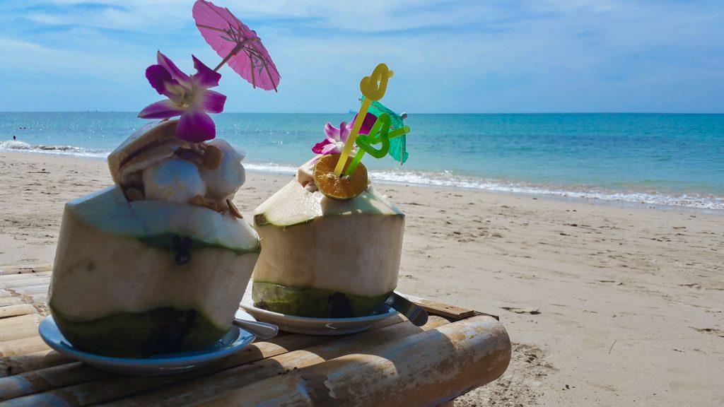 Kokosnüsse am Strand genießen auf Koh Lanta