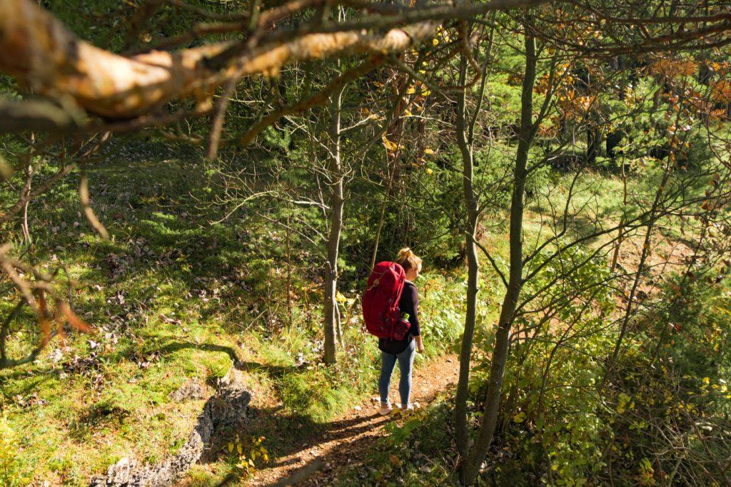 Julia im Wald mit dem Gregory Rucksack Deva