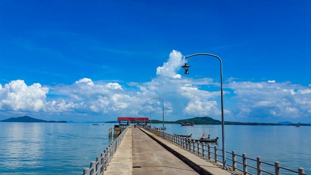 Steg ins Wasser in Old Town von Koh Lanta