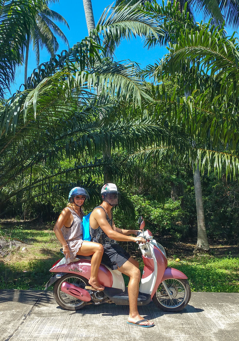 Wir auf einem pinken Scooter in Thailand