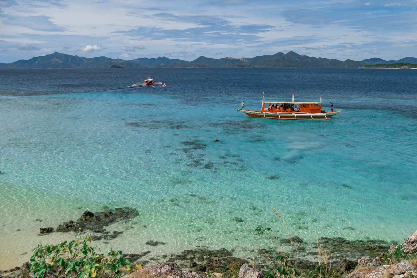 Boot vor Bulog Dos Island auf den Philippinen