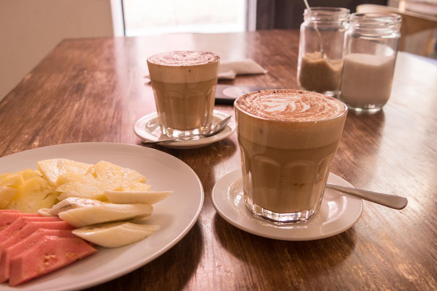 Cappuccino und Früchte im El Cafe in Havanna