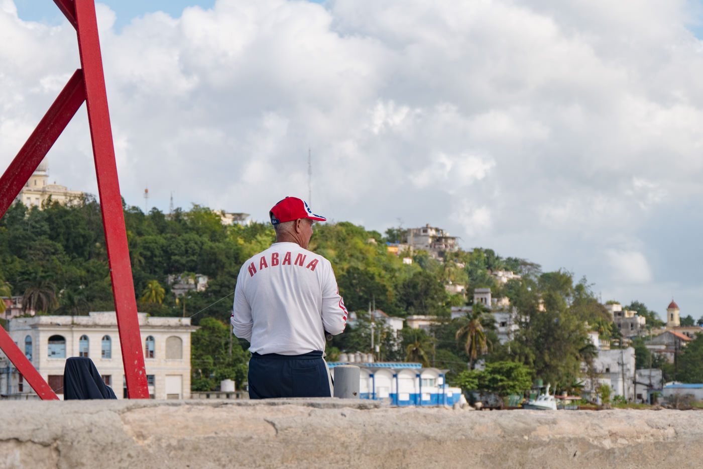 Ein Fischer am Canal de Entrada in Havanna