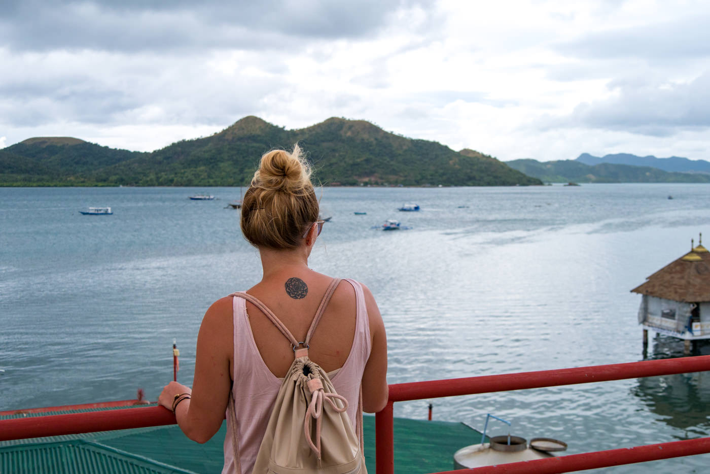 Julia auf der Terasse des Sea Dive Resorts in Coron
