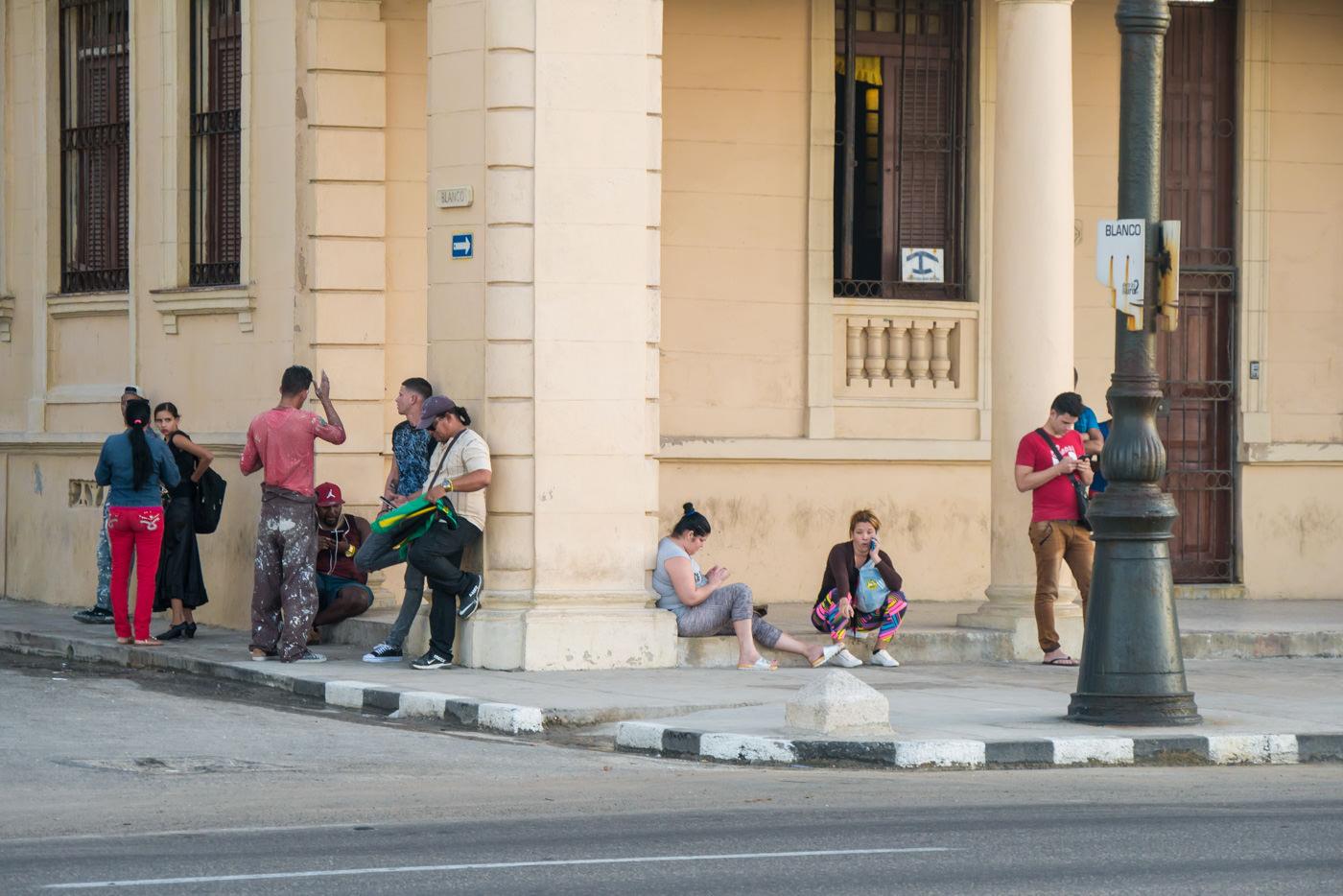 Kubaner am WLAN Hotspot