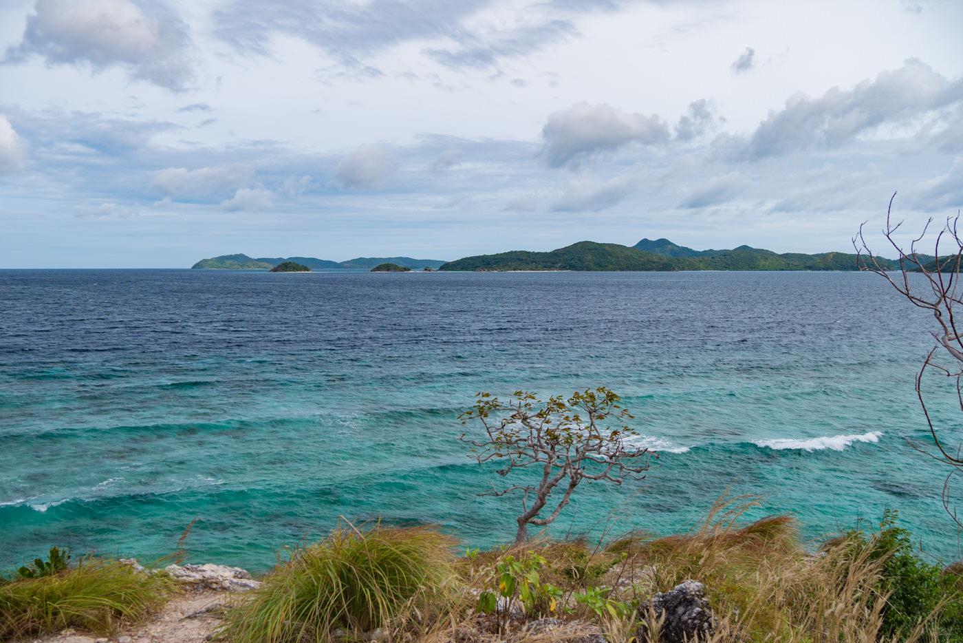 Blick auf das Meer vor Malcapuya Island auf den Philippinen