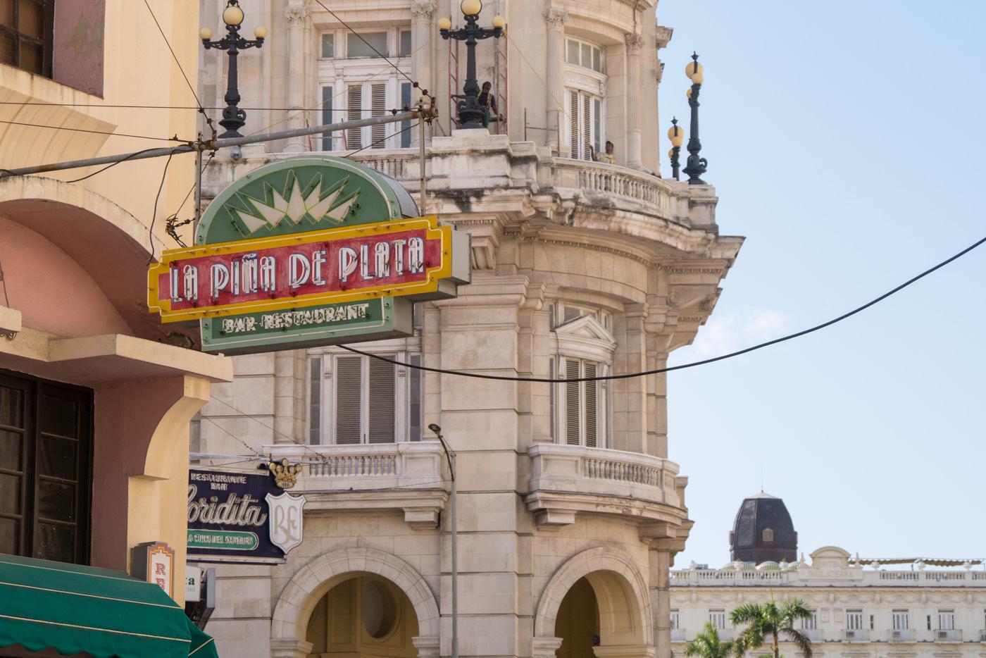 Retro Neonschilder schmücken Havannas restaurierte Altstadt