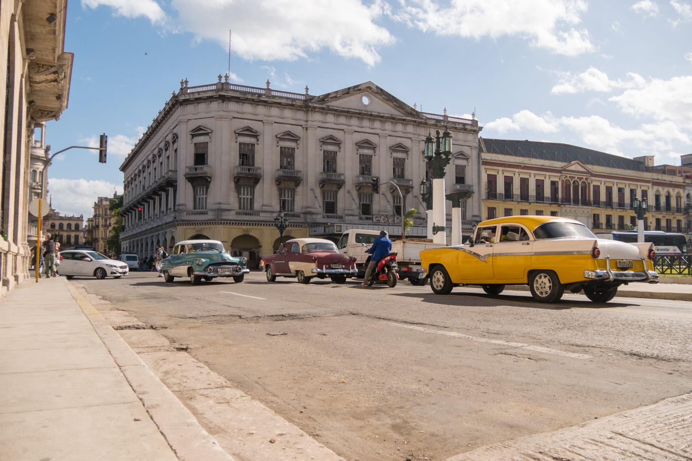 Die typischen Oldtimer in Kuba