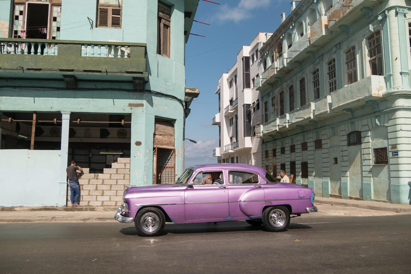 Ein Oldtimer in Havannas Straßen