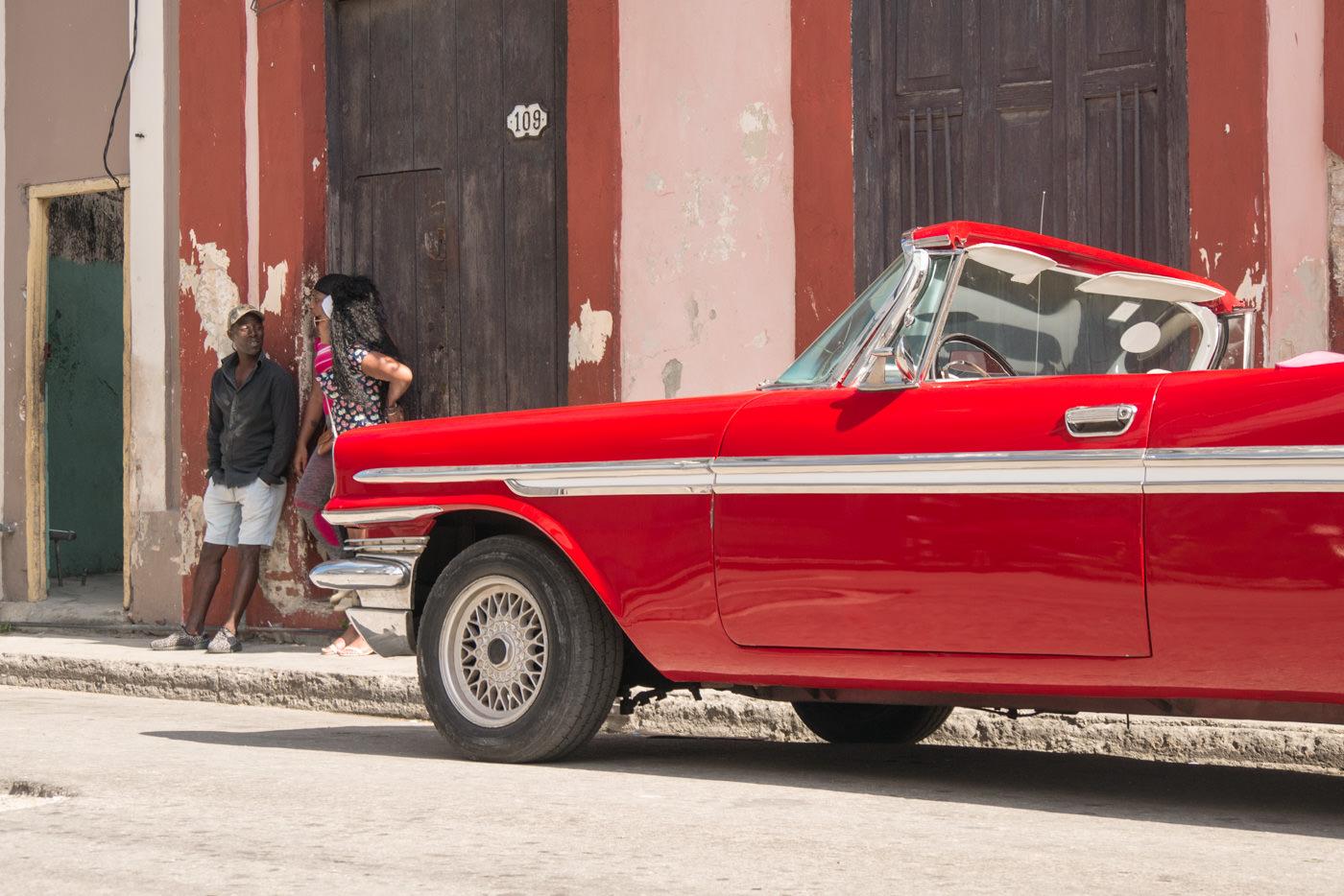 Ein Taxi Fahrer wartet auf neue Kundschaft in Havanna, Kuba