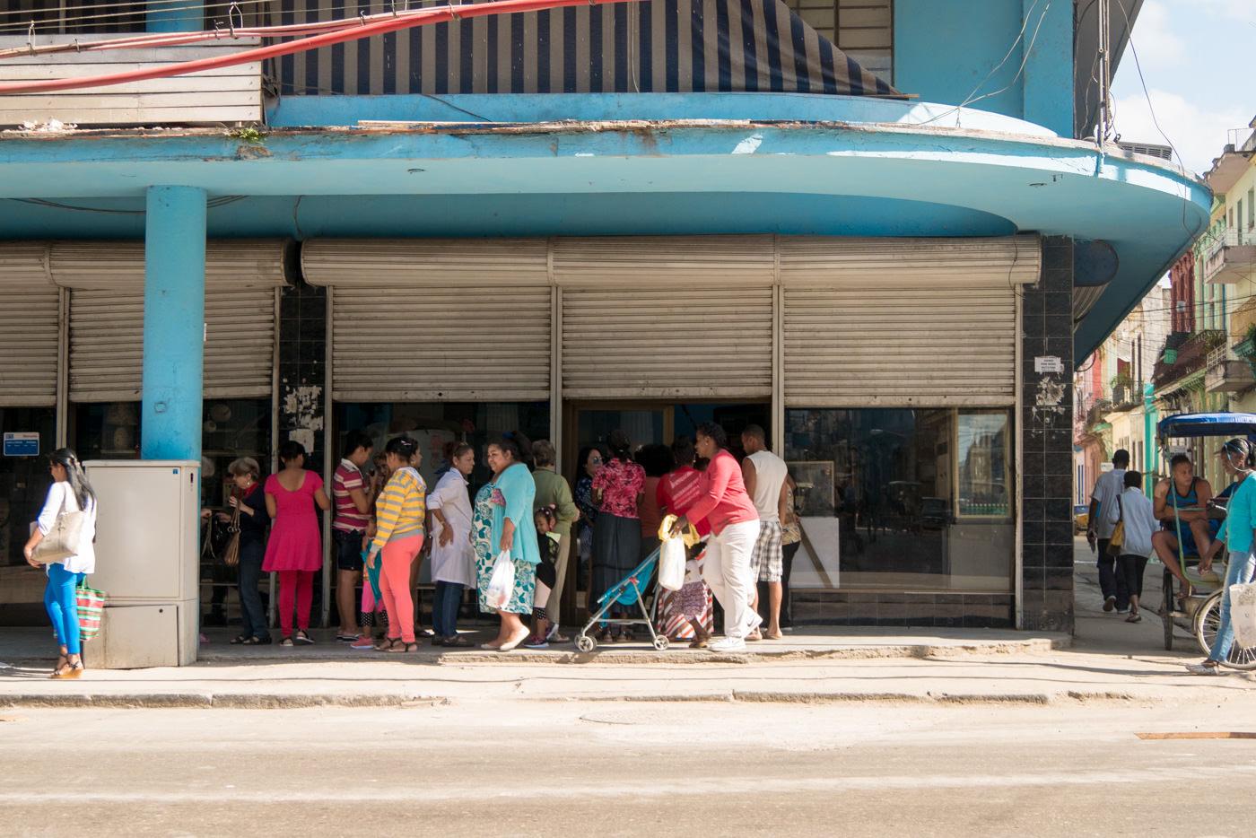 Schlange stehen gehört für die Kubaner zum Alltag