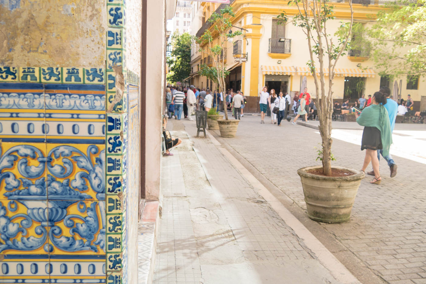Belebte Straße an dem berühmten Plaza Vieja in Havanna