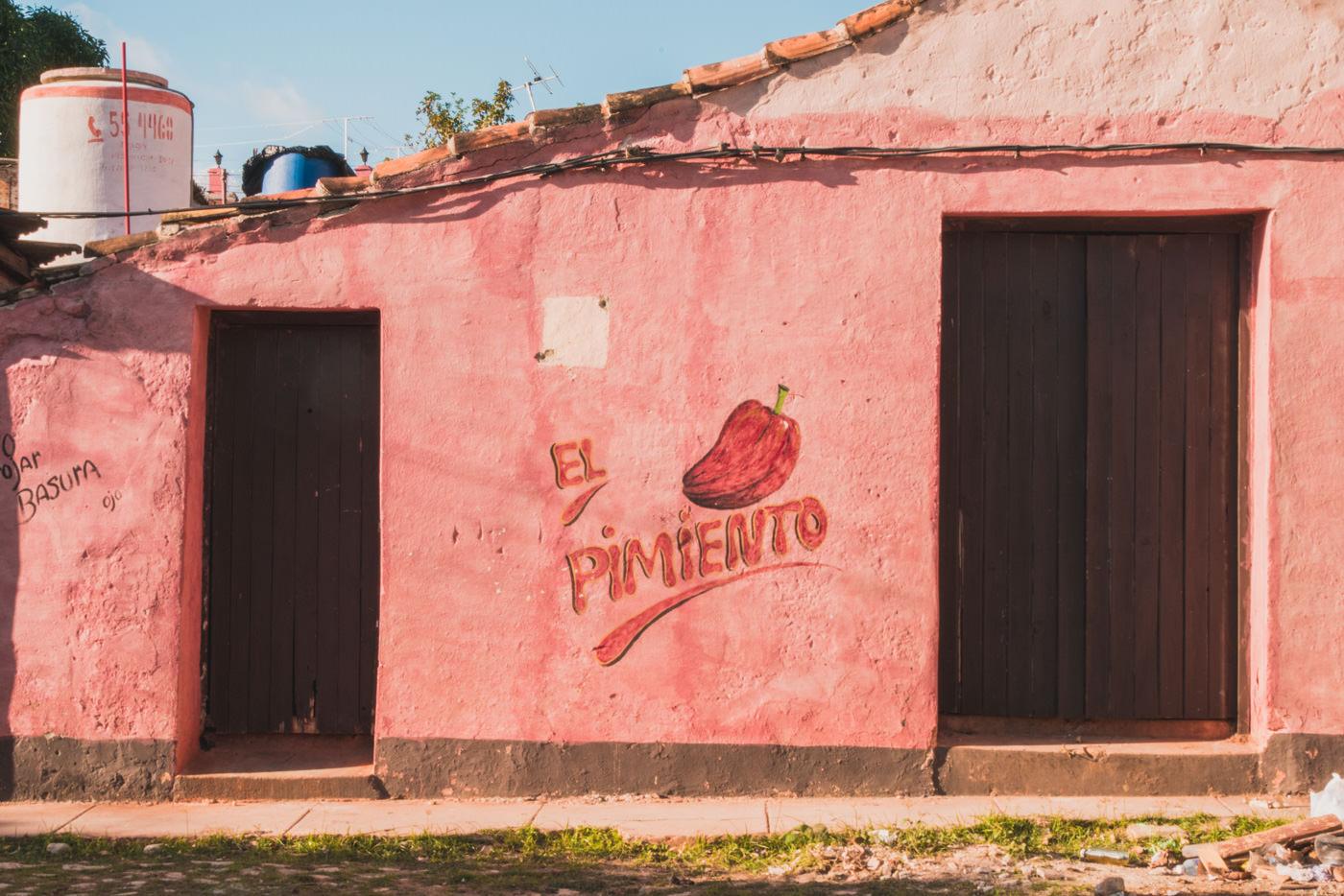 Eine bunte Wand in Trinidad
