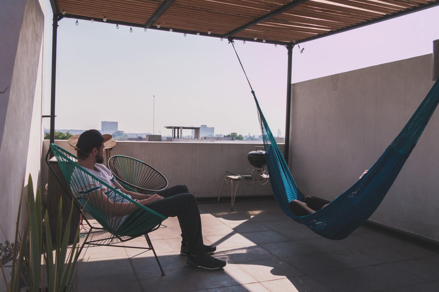 Wir auf der Dachterrasse unseres AirBnB Appartements