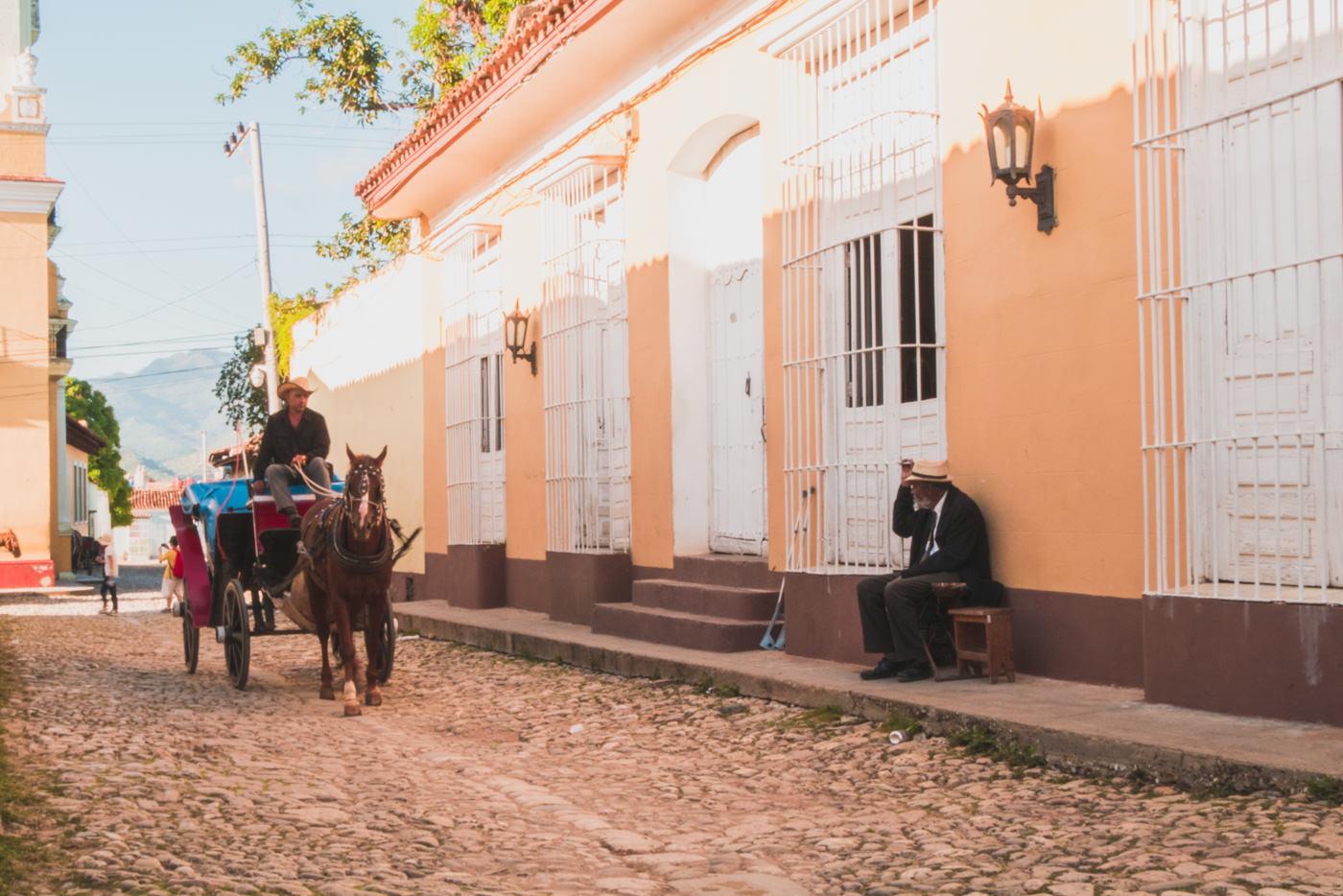 Eine Kutsche mit Pferd in den Straßen Trinidad's