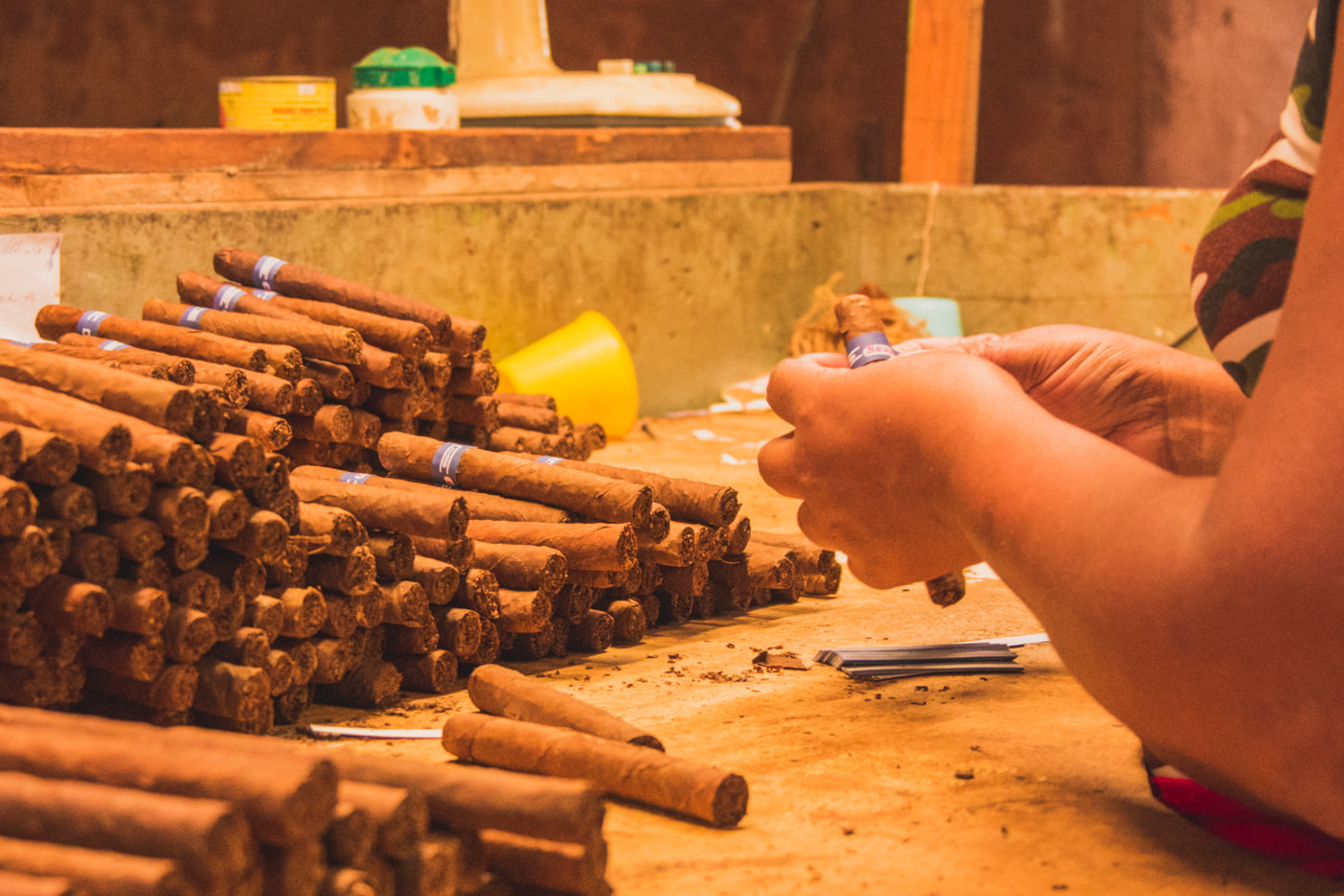 Frau in der Tabakfabrik etikettiert Ziggaren