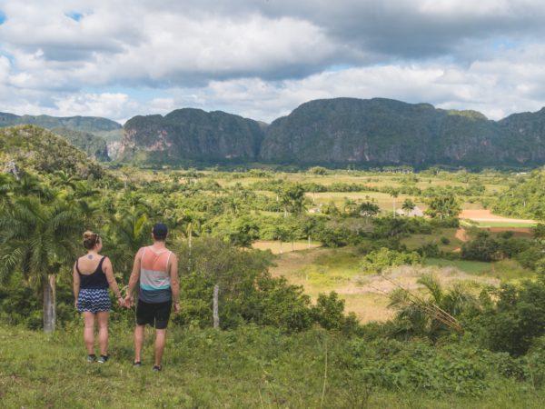 Julia und Matthias beim Blick in das Vinales Tal