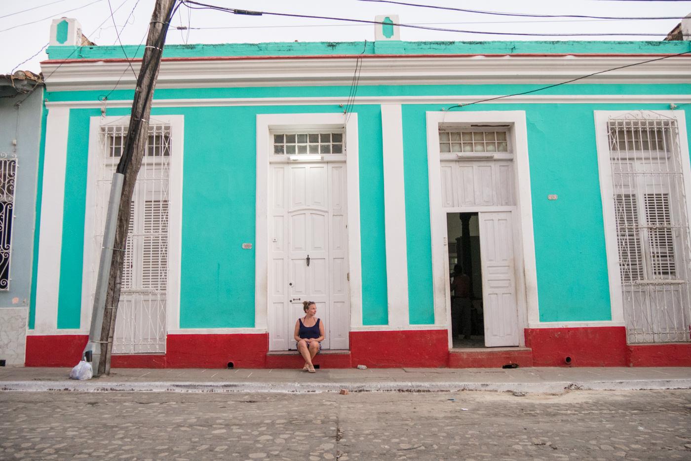 Julia vor bunten Häuserfassaden in Trinidad, Kuba