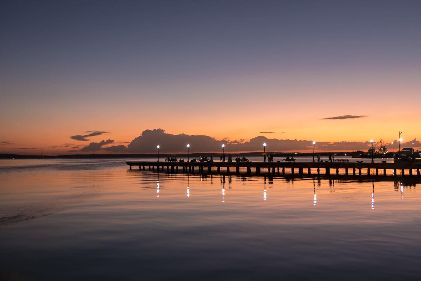 Malerischer Sonnenuntergang in Cienfuegos am Meer