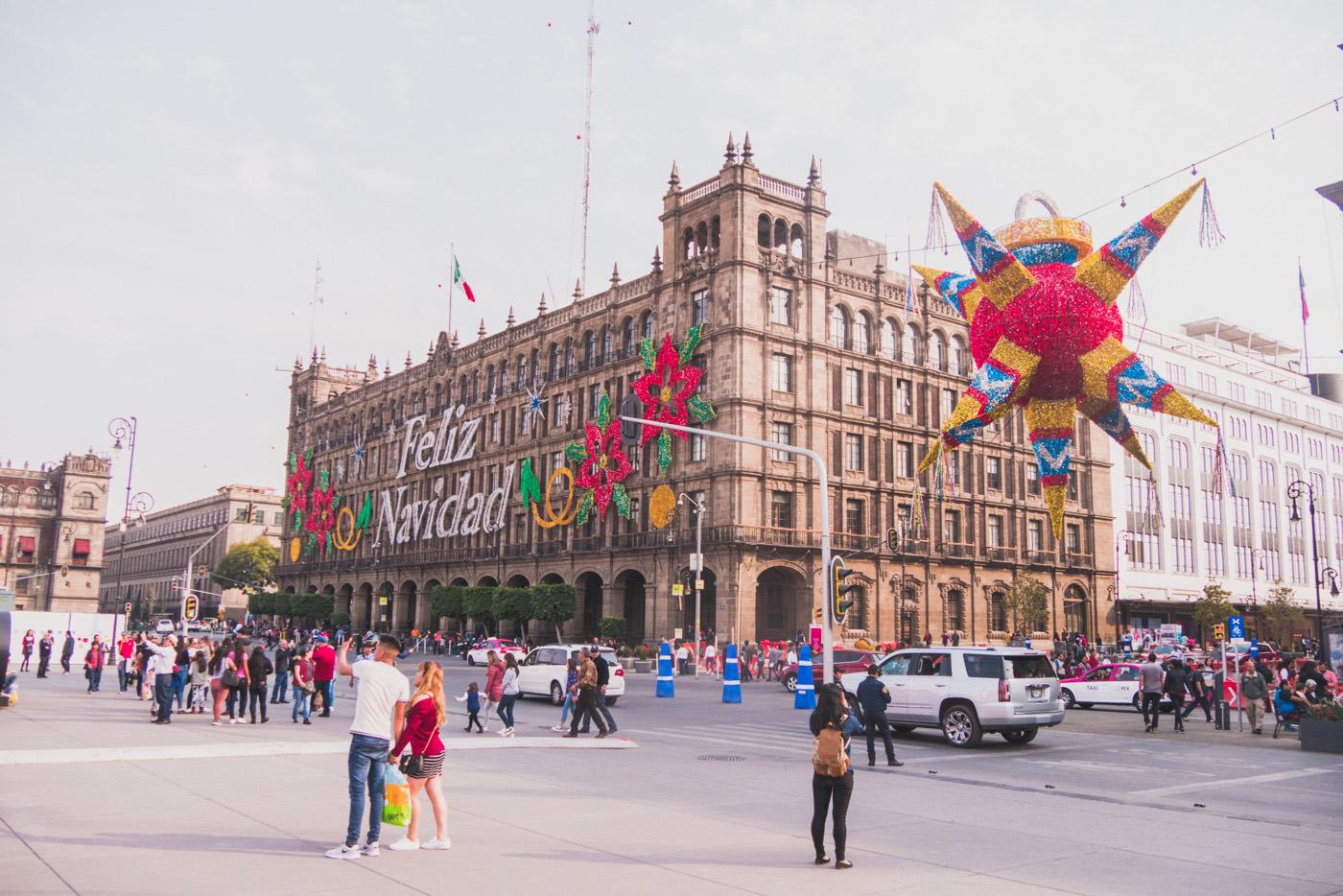 Der Zocalo von Mexiko-Stadt weihnachtlich geschmückt
