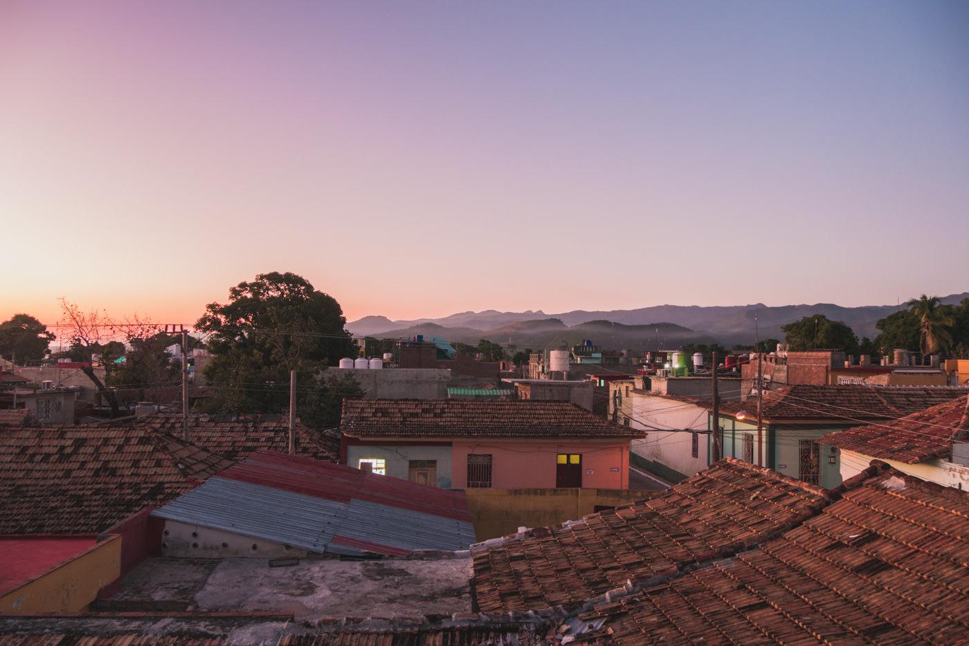 Sonnenuntergang über den Dächern Trinidad's