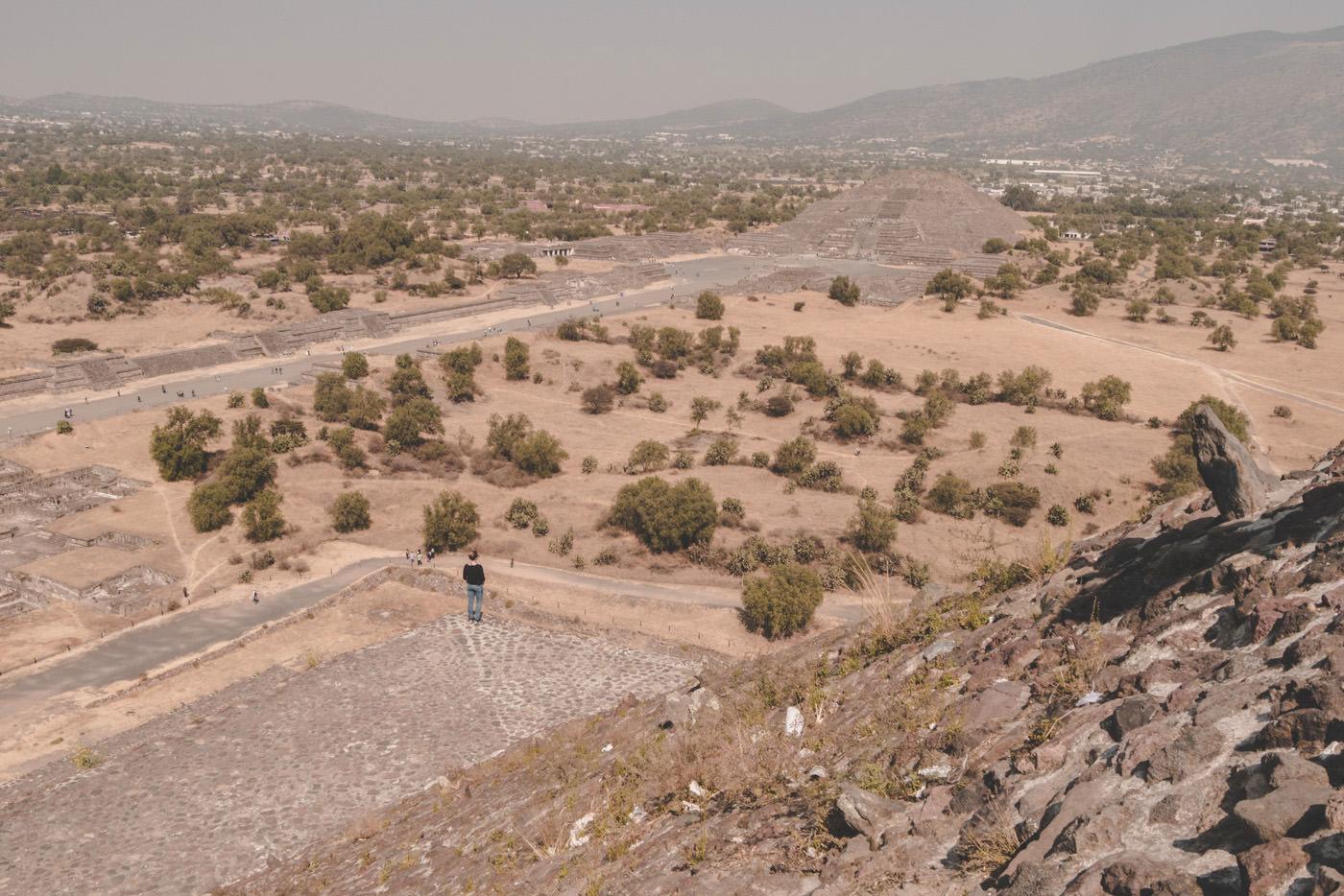 Julia blickt auf die Mondpyramide von Teotihuacan bei Mexiko-Stadt