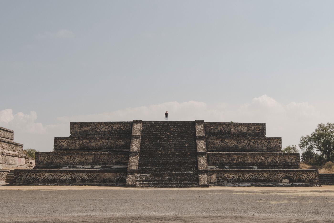 Julia bei den Pyramiden von Teotihuacan bei Mexiko-Stadt