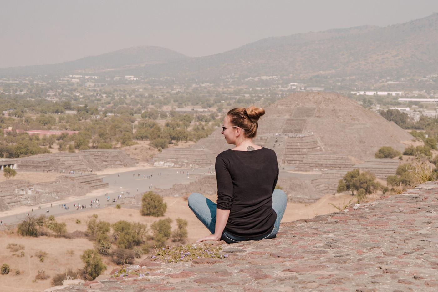 Julia blickt auf die Mondpyramiden von Teotihuacan bei Mexiko-Stadt