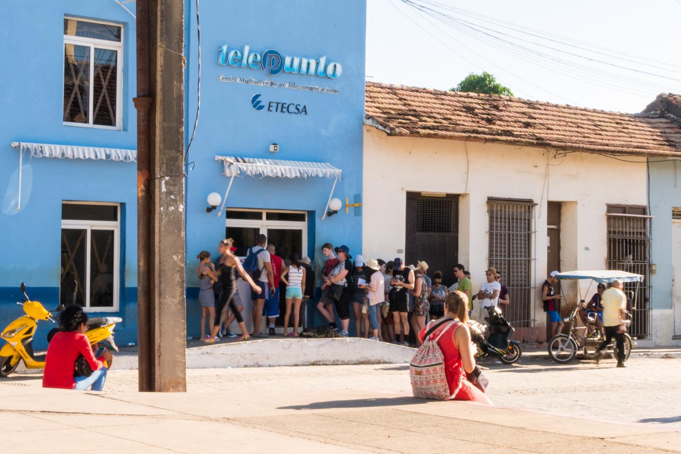 Anstehen für Internetkarten in Trinidad, Kuba