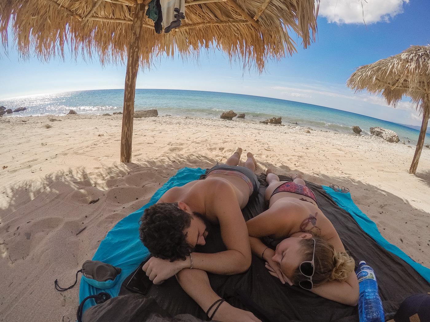 Wir an einem einsamen Strand unweit von La Boca entfernt