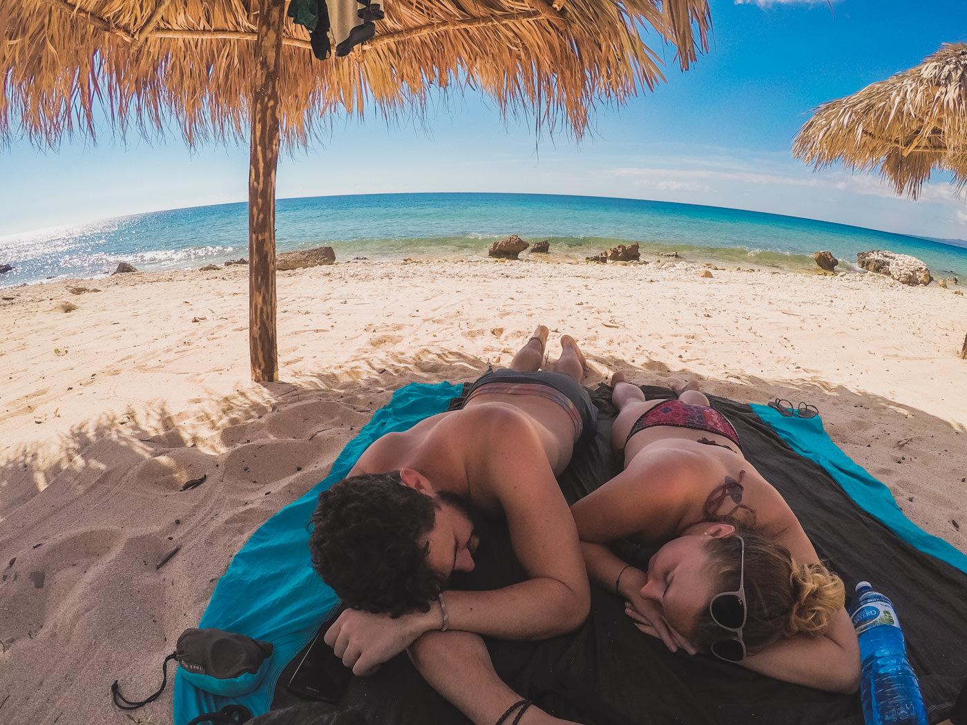 Wir an einem einsamen Strand bei La Boca, Kuba