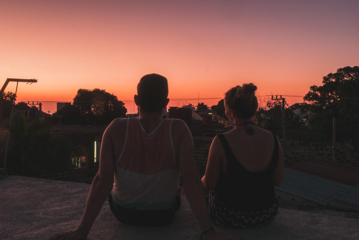 Wir genießen den Sonnenuntergang vom Dach unserer Casa aus in Trinidad