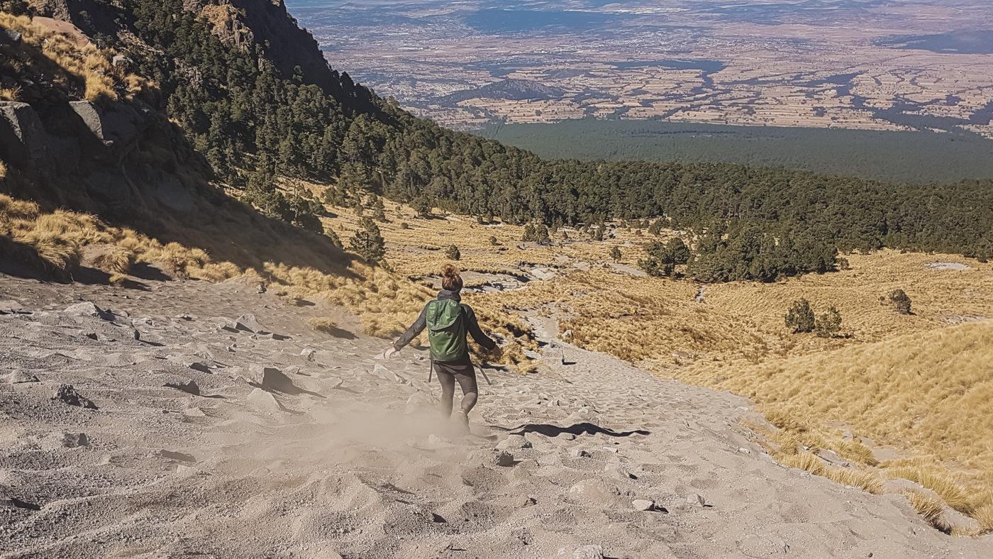 Julia beim Abstieg vom Vulkan La Malinche in Puebla, Mexico
