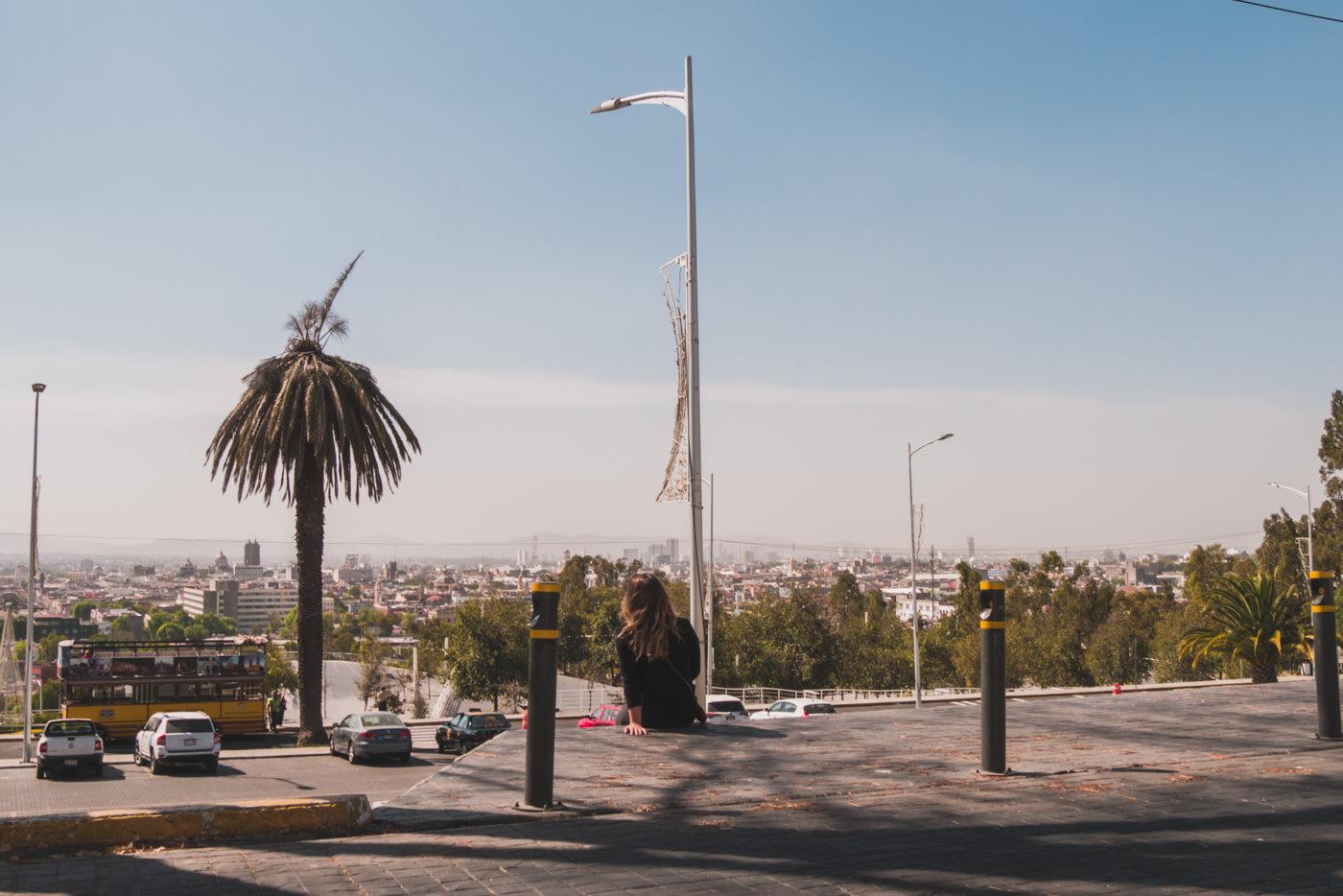 Julia blickt auf die Stadt Puebla in Mexiko