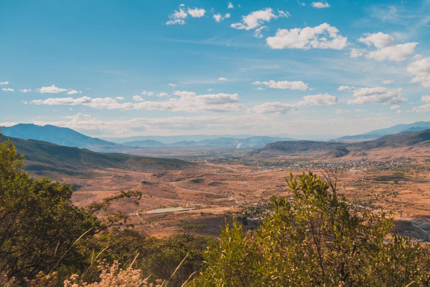 Ausblick auf Mitla auf dem Weg zum Hierve el Agua - Oaxaca, Mexiko