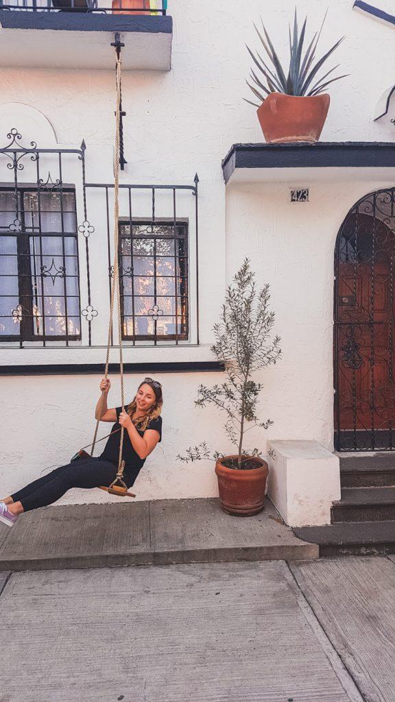Julia auf der Schaukel vor dem Hostel Chante 18 in Puebla