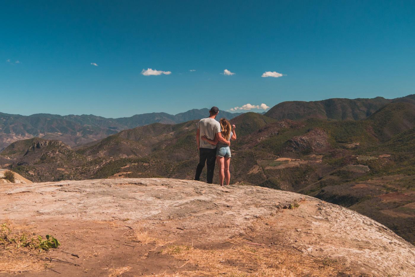 Wir blicken ins Tal beim Hierve el Agua - Oaxaca, Mexiko