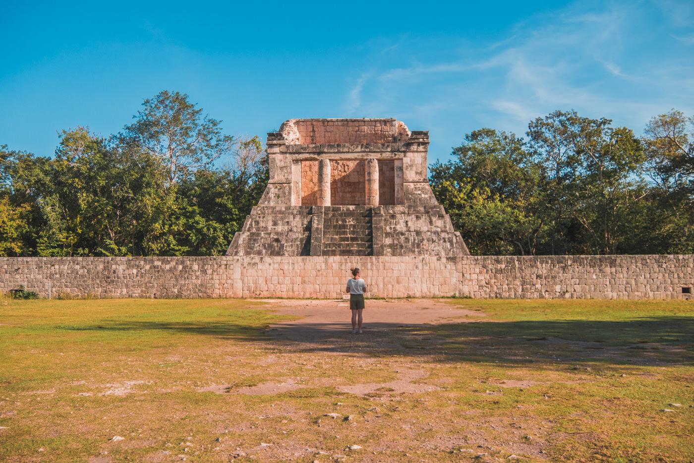 Julia im Ballcourt von Chichen Itza in Mexiko