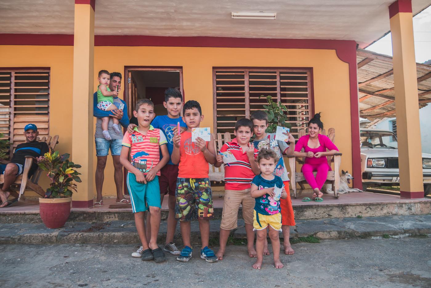 Kinder auf Kuba mit dem Explainora Malbuch