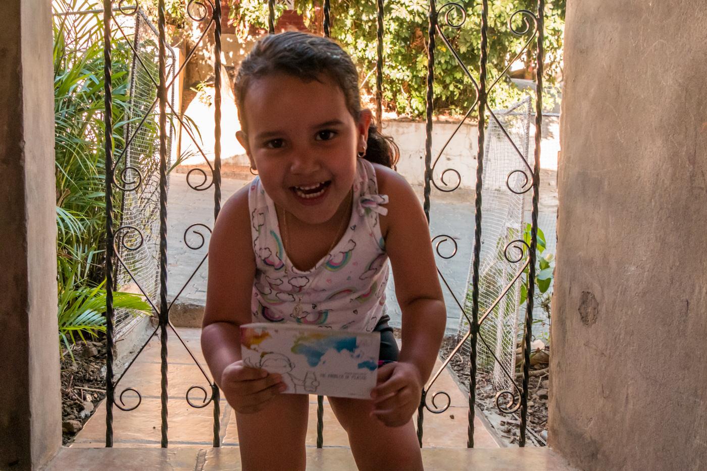 Mädchen freut sich über Explainora Malbuch